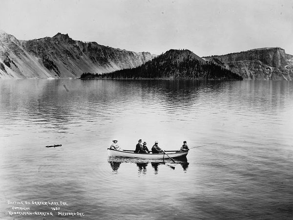 boating-on-crater-lake_20289_600x450